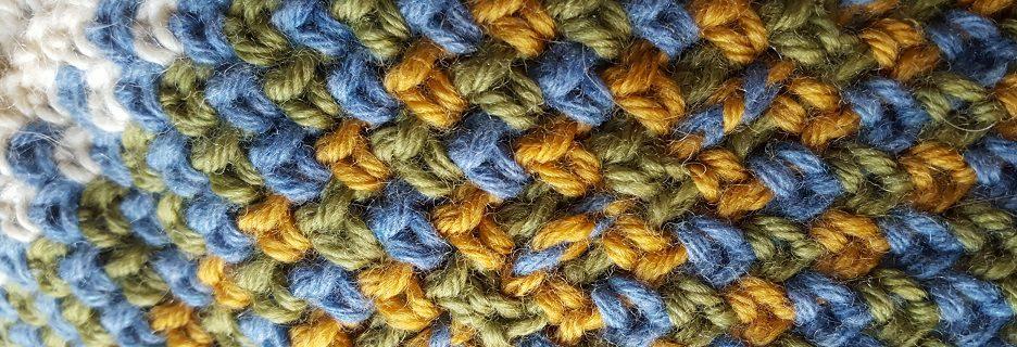 Il punto tela in una sciarpa all'uncinetto: dettaglio della treccia centrale